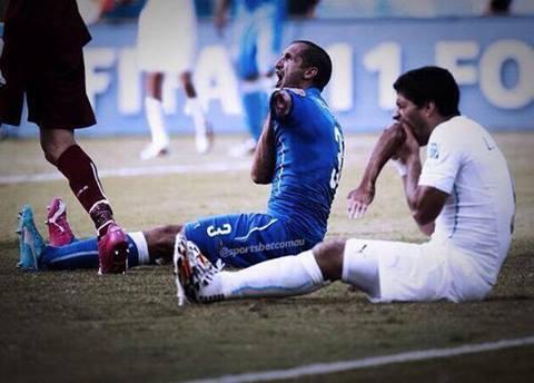 Suarez_Eating_A_Players_Hand.jpg